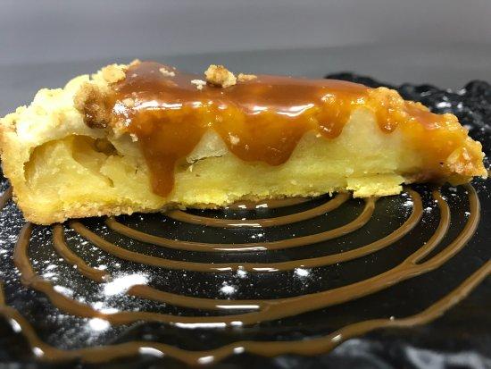 Mercadal, España: Tarta de manzana cruble y tarta venganza de chocolate