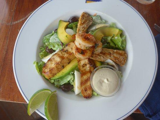 Falmouth, Antigua: Salade poulet cervettes