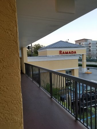 Ramada Altamonte Springs: View back toward front entrance