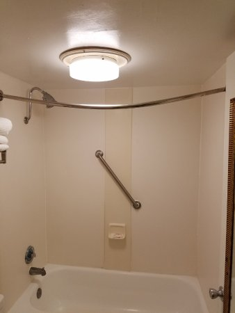 Ramada Altamonte Springs: Hey where's the shower curtain?