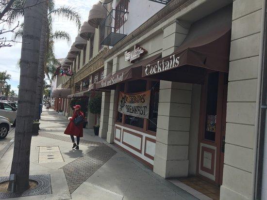 Sportsman Restaurant & Lounge: Walking towards Main Street found the sportsman first
