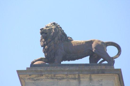 Brocante du Lion: It's a neat statue!