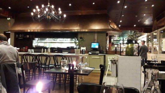 Frans & Cherie Bistro: Keittiö ravintolasalista katsottuna