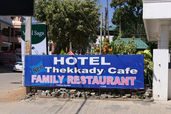Thekkady Cafe: Eingang zum Parkplatz