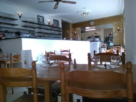 Saint-Cyprien, France: côté bar et cuisine au fond