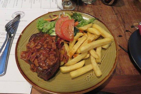 Katikati, Νέα Ζηλανδία: steak with bacon and onion sauce, chips, and salad