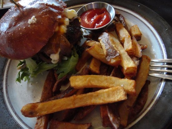 Clinton, NY: the Nola Burger with fries