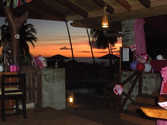 Hummingbird Beach Resort: Sunset from the bar