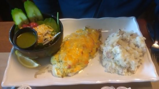 Barrington, Canadá: This dish is a haddock filet with creamy lobster, spinach topping. Mashed potatoes, salad.