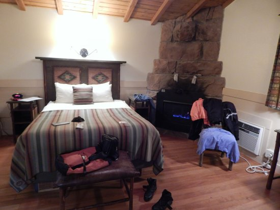 Zion Park Motel: Sorry for tnemess...we just did 200 miles in the rain...and the fireplace was drying our clothes