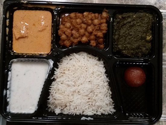Bradford West Gwillimbury, Canadá: Butter Chicken with Chala Masala, Palak Paneer (Spinach & Cheese), Raita, Rice and Dessert.