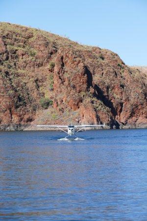 Kununurra, Australia: Plane arriving to pick us up from Lake Argyle