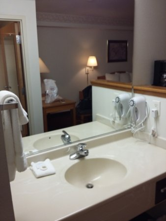 Peppermill Empress Inn: Sink in the room, outside the bathroom