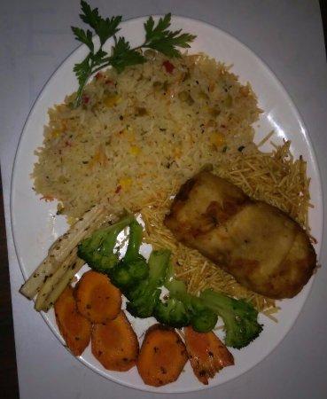 Boicucanga: peixe empanado com arroz e legumes