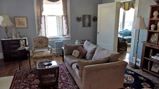Spencer House Bed and Breakfast: Suite front room