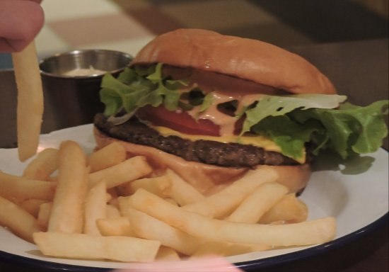 Coogee, Australia: The burger with chips