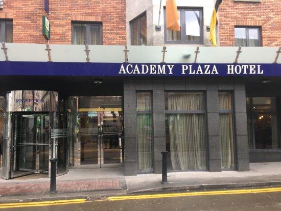 Academy Plaza Hotel: Entrada al hotel