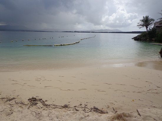 Piti, Mariany: 貝の少ない白い砂浜