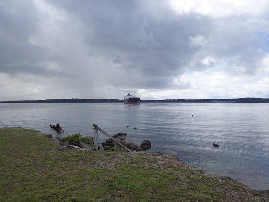 Piti, Mariana Islands: 遠くに停泊する船