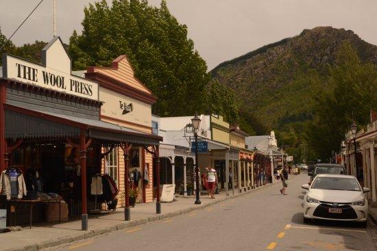 Эрроутаун, Новая Зеландия: Arrowtown main street with period shopping
