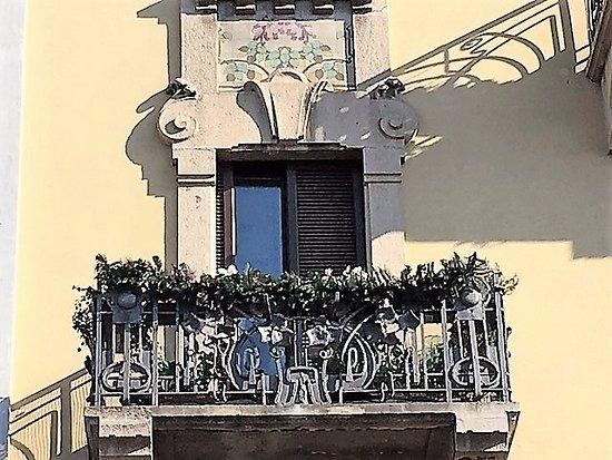 Milano, Casa Laugier: balcone in ferro battuto e decorazioni in ...