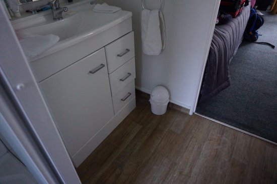 Bayview Motel: Massive bathroom bin