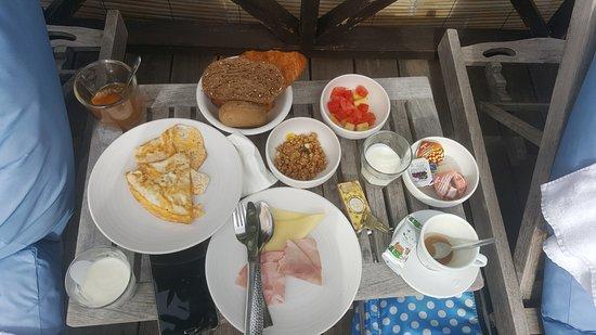 Scuba Lodge & Suites: Breakfast basket