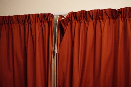 Bayview Motel: Curtains are dated and barely cover the window.