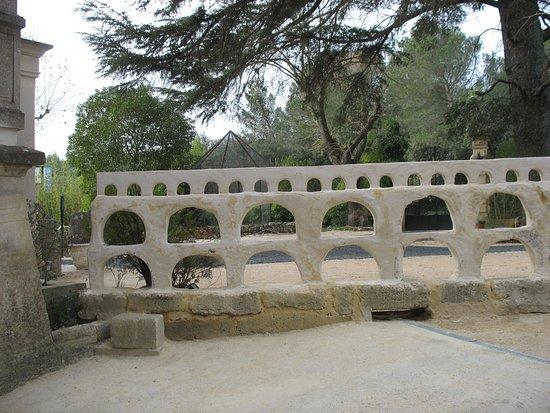 Remoulins, France: à côté du Pont du Gard.cf rembarde clin d' oeil.