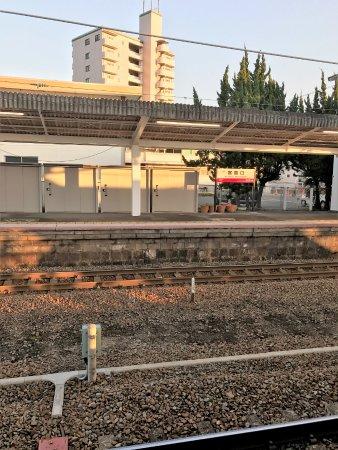 Chugoku, Japão: 電車の停車場所が分かりにくい宮島口駅