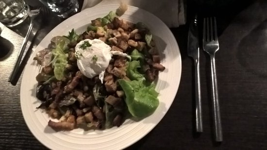 Charlieu, France : Salade lyonnaise croutons, lardons et oeuf poché