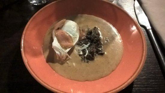 Charlieu, France : Oeuf poché à la crème forestière et copeaux de foie gras