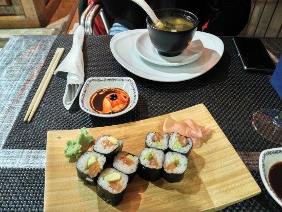 Irun, إسبانيا: Sopa miso y sushi de salmón con aguacate