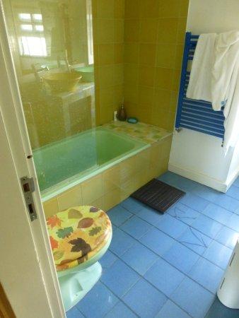 Lisbon Rooftops Guest House: Badezimmer Oben, Mit Zersplitterten Fliesen