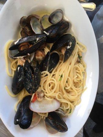 Acitrezza, Italia: Pasta con vongole e pasta con i frutti di mare 🌊