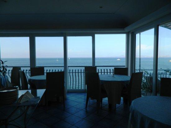 Albergo L'Approdo: Panorama dalla sala interna dove attendeva la colazione a buffet