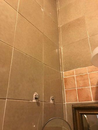 """Scandeluzza Castle - Castello Scandeluzza: Queste sono alcune foto scattate nella """"suite"""" che oltre ad essere sporca e piena di ragnatele e"""