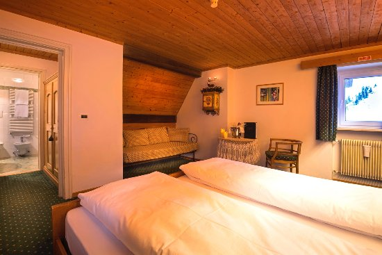Camere Con Divano Letto : Camera con divano letto foto di hotel cir selva di val gardena