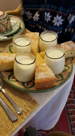Riad de l'Orientale: Breakfast - homemade yogurt and cake.