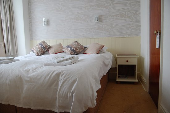 Tregenna Guest House: Room Two, First Floor Kingsize Double or twin with Ensuite Shower Room