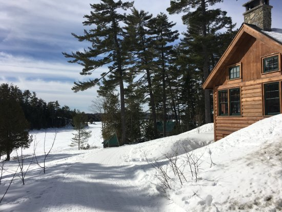 Gorman Chairback Lodge and Cabins : Main lodge and lake