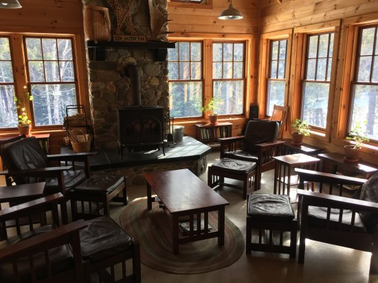 Gorman Chairback Lodge and Cabins: Reading area