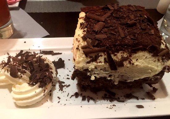 Mechanicsburg, Pensilvania: Dessert special with hazelnut crispy treat and chocolate and white chocolate mousse