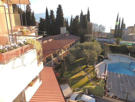 Adria Hotel n Resort: vista del giardino, della piscina e del resort dal terrazzino della camera