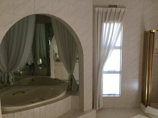 Monte Cristo Country Manor: Honeymoon suite bathroom