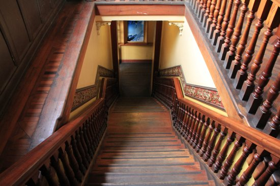 La Casa Roja Hostel: Лестница со второго этажа на первый