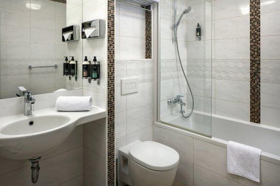 Astoria Hotel: Deluxe Castle View Bathroom
