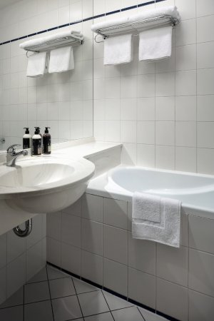Astoria Hotel: Standard Room Bathroom