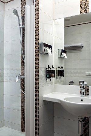 Astoria Hotel: Superior Castle View Bathroom