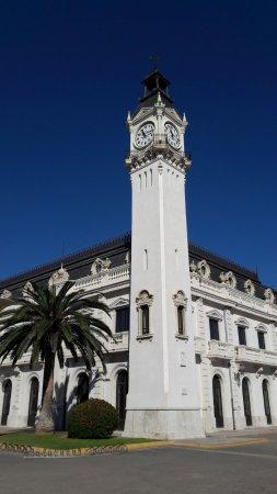 Puerto de Valencia: Gebäude El Roloj ist das Wahrzeichen des Viertels am Hafen